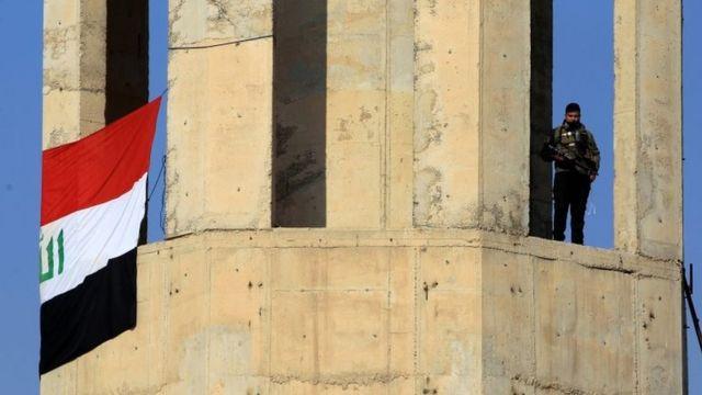 جندي عراقي يعتلي أحد المباني اثناء القتال مع تنظيم الدولة الإسلامية