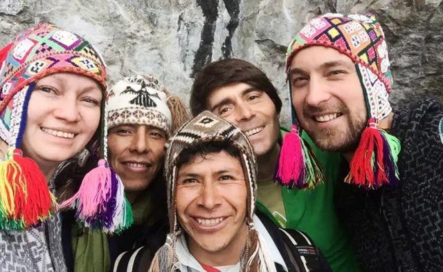 Daniel Strukov en Perú con un grupo de turistas e indígenas peruanos.