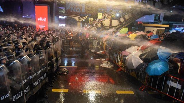 Cánh sát phun vòi rồng để giải tán người biểu tình ở Bangkok hôm 16/10/2020