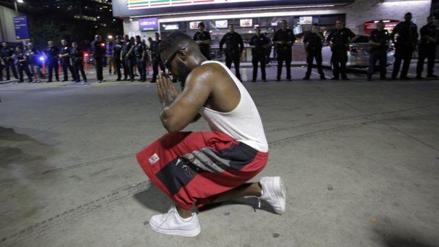 Manifestante rezando