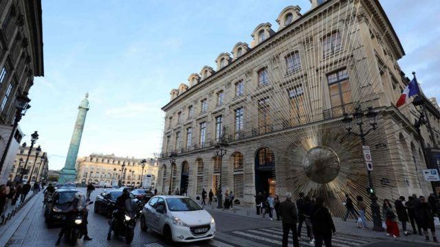 Pessoas passam pela nova loja da Louis Vuitton em Paris