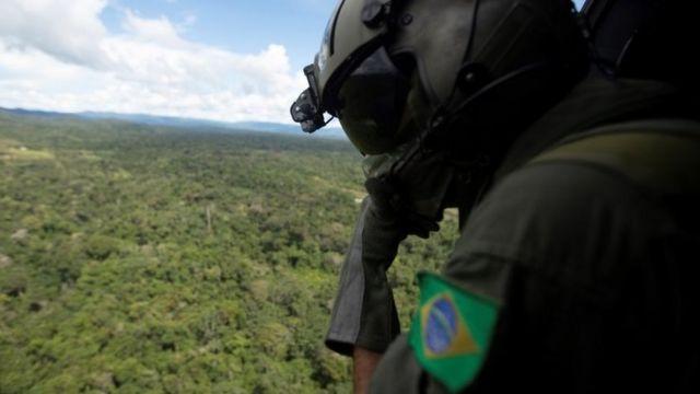 Soldado sobrevoa a Amazônia