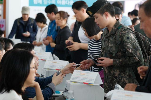 2017년 5월 한국 서울의 한 투표소에서 시민들이 투표 차례를 기다리고 있다