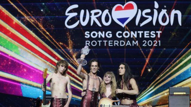 """Hollanda'nın Rotterdam kentinde gerçekleştirilen 65. Eurovision Şarkı Yarışması'nı Maneskin grubunun seslendirdiği """"Kapa çeneni ve güzel"""" adlı şarkıyla İtalya kazandı. İtalyan ekibi, birincilik haberini, """"Rock 'n' roll asla ölmez"""" sözleriyle değerlendirdi."""