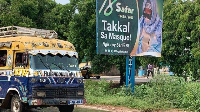 Anuncio de la hermandad musulmana Mouride en el que le pide a la población que use mascarillas.