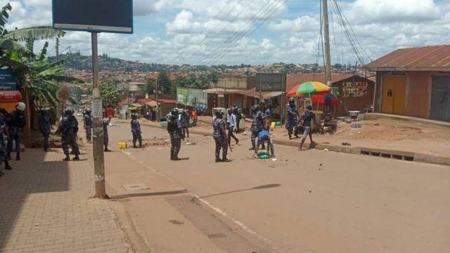 Polisi wakishika doria karibu na Chuo Kikuu cha Makerere