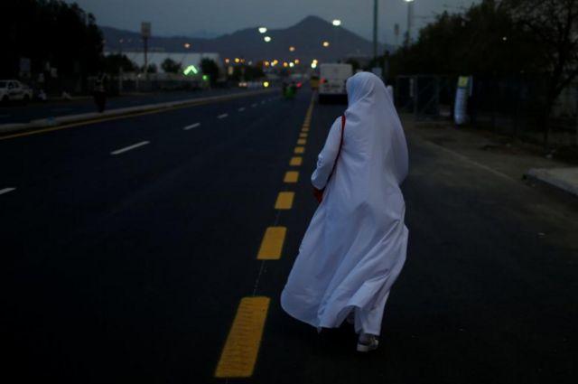 มุสลิมะห์ในชุดแสวงบุญสีขาวเดินทางไปยังทุ่งอาราฟัตเพื่อประกอบพิธีฮัจญ์วันแรก
