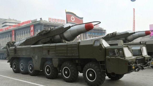 北朝鮮は中距離弾道ミサイルの発射実験を準備しているとみられている(写真は2010年に行われた軍事パレード)