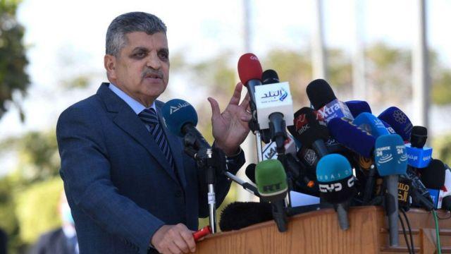 O chefe da Autoridade do Canal de Suez, Osama Rabie, dá entrevista