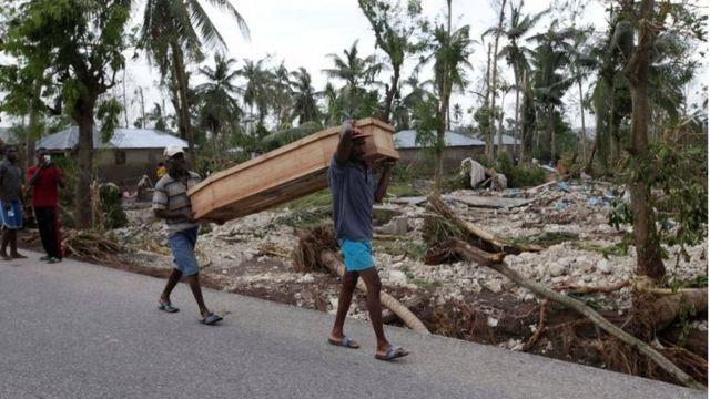 ハイチ・カバイヨンで棺を担ぐ人たち(6日)