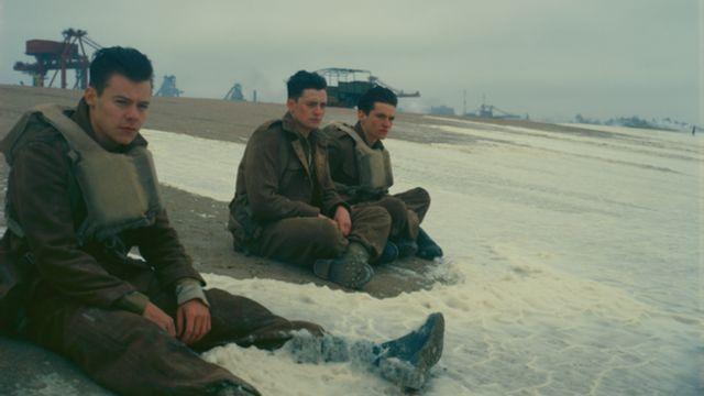 แฮร์รี สไตล์ ศิลปินวงวันไดเร็กชัน ในฉากหนึ่งของภาพยนตร์เรื่องดันเคิร์ก