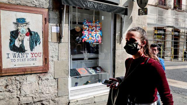 Mulher usa máscara