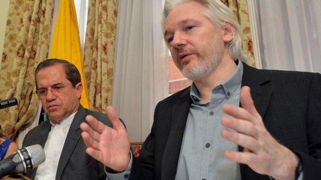 Джулиан Ассанж и министр иностранных дел Эквадора Рикардо Патиньо о время пресс-конференции 18 августа 2014 года