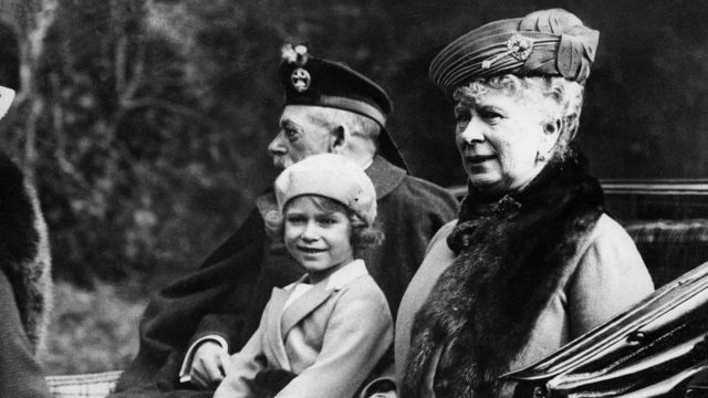 Princess Elizabeth (middle) rides a carriage with her grandfather King George V (left) and her grandmother Queen Mary (right) (5/9/1932)