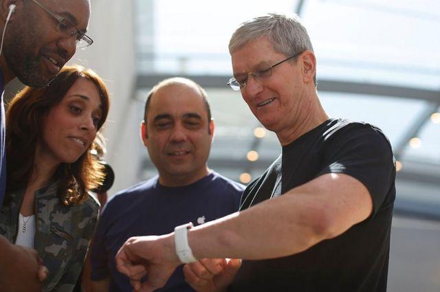Tim Cook, CEO de Apple, mostrando un Apple Watch