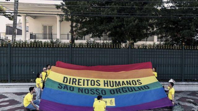 Activistas con una bandera gay