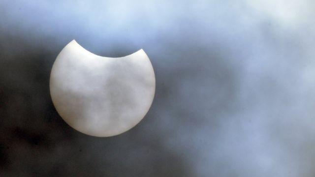 Vista del eclipse anular solar en Londres.