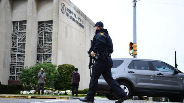 Američki policajac patrolira ispred džamije u Pitsburgu