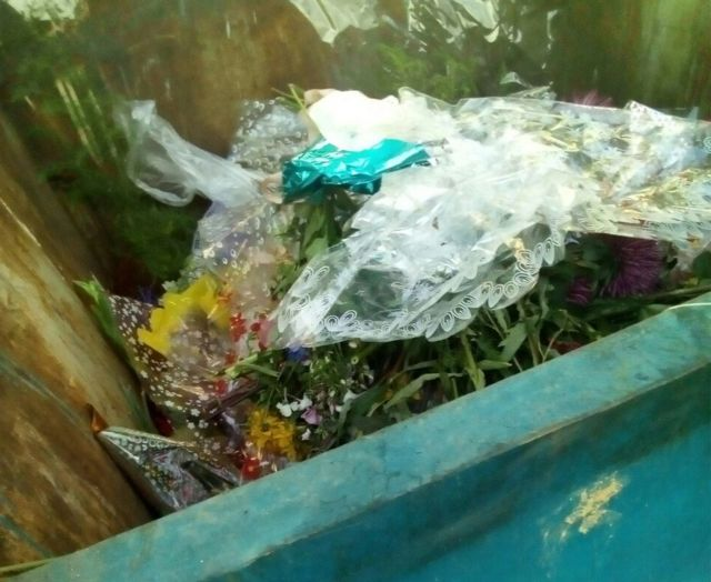 Цветы в мусорном баке