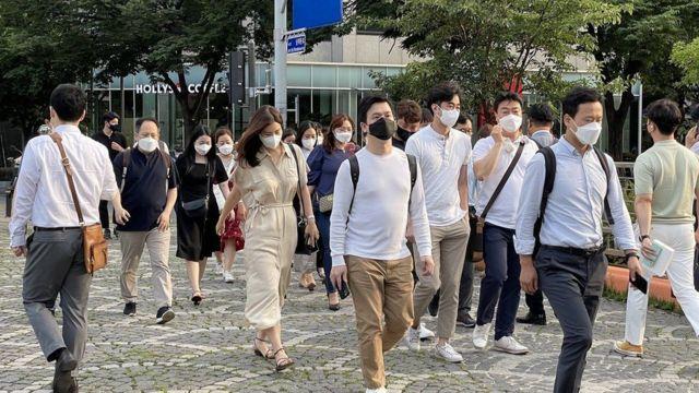 Birinci dalganın başarılı ülkesi Güney Kore'de vakalar rekor kırınca yeniden maske zorunluluğu getirildi