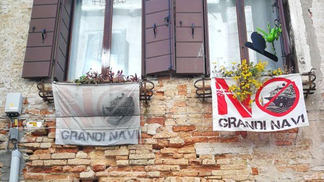 'Büyük Gemilere Hayır' pankartı asılan bir pencere