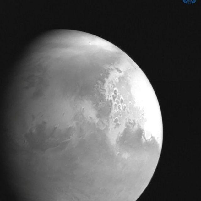 Foto hitam putih yang diambil Tianwen-1 dari jarak sekitar 2,2 juta km dari Mars.