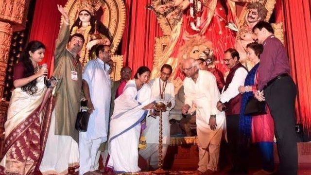 दुर्गा पूजा के अवसर पर ममता बनर्जी एक पंडाल में