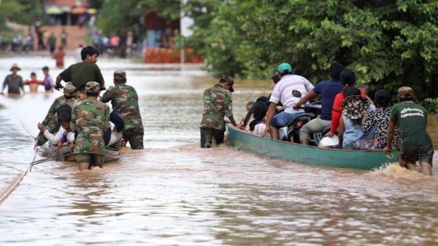 ทหารกัมพูชากำลังช่วยอพยพประชาชนในสตึงแตรงเมื่อระดับน้ำสูงขึ้น