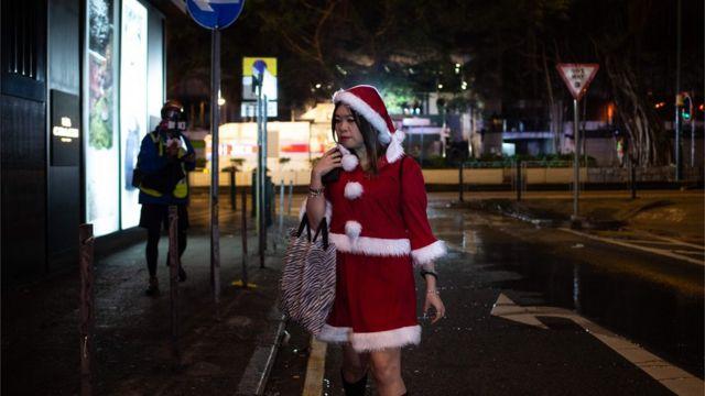 在各區衝突戰線,經常出現一身聖誕打扮的市民。