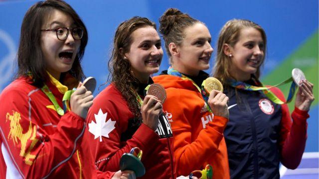 Fu Yuanhui, a primeira à esquerda, comemora medalha de bronze ao lado das outras medalhistas