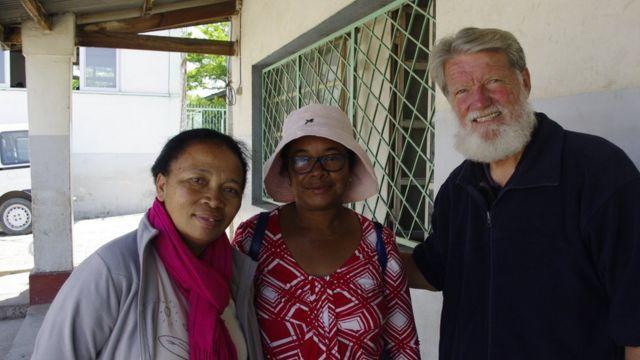 Le Père Pedro (à droite), fondateur de l'association Akamasoa