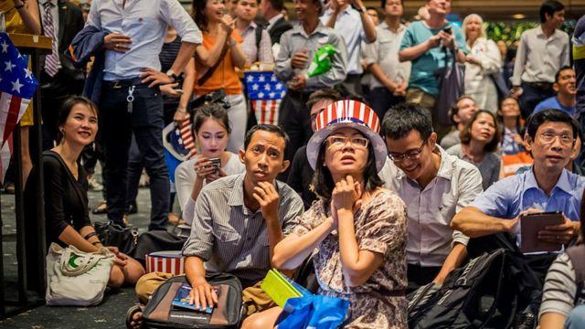 Nhiều người trẻ đang theo dõi trực tiếp kết quả bầu cử Mỹ năm 2016 do Tổng Lãnh Sự Quán Hoa Kỳ tổ chức vào ngày 09/11/2016 tại TP HCM