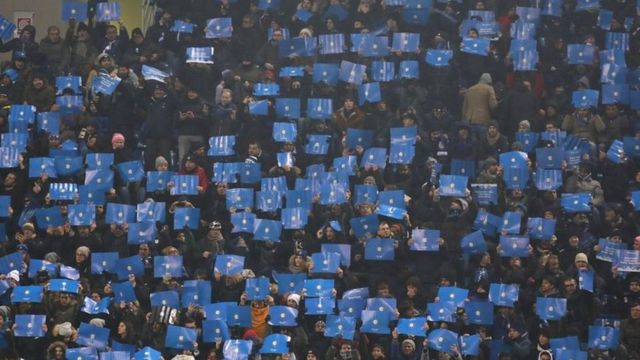 جانب من المدرجات الخاصة بمشجعي فريق نابولي في المباراة