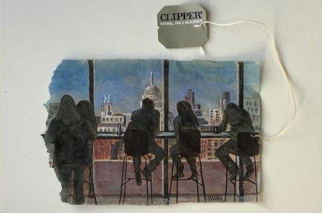 فنانة ترسم على أكياس الشاي خلال الإغلاق