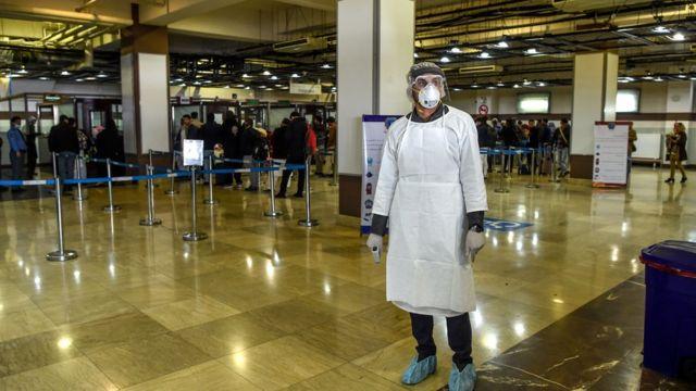 یکی از کارکنان بخش سلامت در فرودگاه