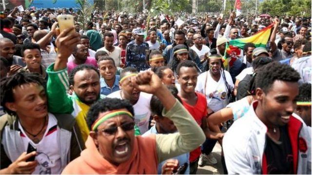 Des Éthiopiens vêtus de T-shirt à l'effigie des leaders érythréen et éthiopien se mobilisent pour l'accueil d'Isaias Afeworki.