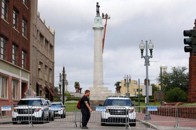 Estatua de Robert E Lee en Nueva Orleans siendo desmantelada