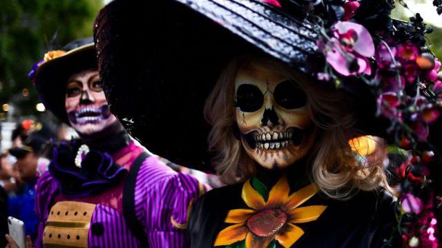 Mujeres disfrazadas de Catrina.