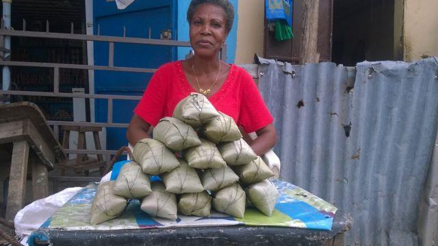 Des commerçantes transforment les tubercule de manioc en poudre, qu'elles vendent aux consommateurs.