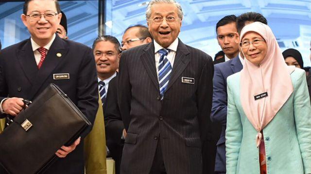 PM Mahathir Mohamad (tengah) bersama Menteri Keuangan Lim Guang Eng (kiri) dan wakil PM Wan Azizah Wan Ismail.