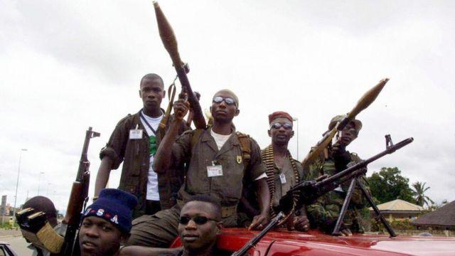 Rebeldes de Costa de Marfil armados durante la guerra civil de 2002 y 2003.