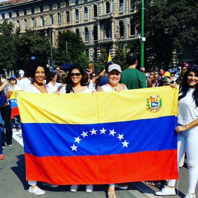 Un grupo de venezolanas en una manifestación contra el gobierno de Venezuela en Milán