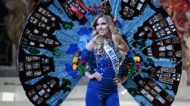 ملكة جمال هولندا ميليسا شربن مرتدية زيا من هولندا في عرض للملابس الوطنية