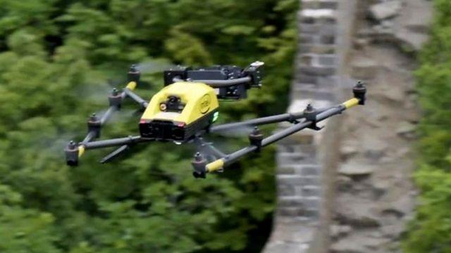 dron volando sobre la Gran Muralla