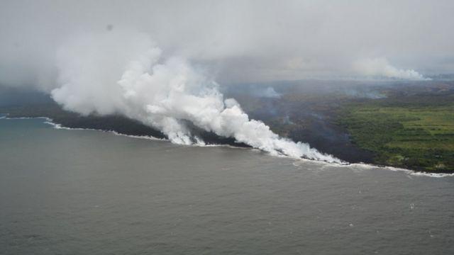 Lava del volcán Kilauea que llega al océano.