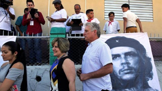 Díaz-Canel votando na eleição de candidatos para Assembleia Nacional em março