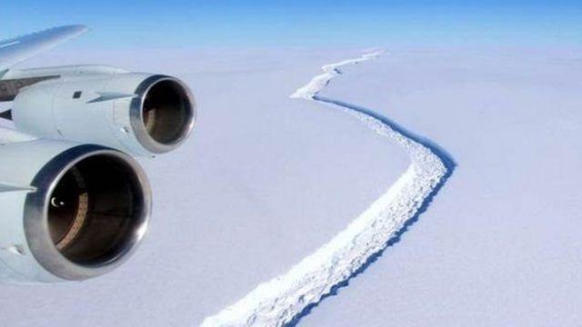 ภาพถ่ายจากเครื่องบินเห็นรอยแยกบนแผ่นน้ำแข็ง