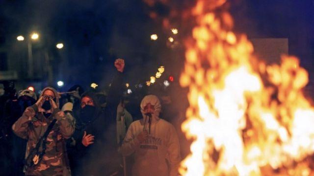카탈루냐 분리주의 지도자들의 구속에 대해 분노를 표현하고자 바르셀로나에서 시위를 벌였다