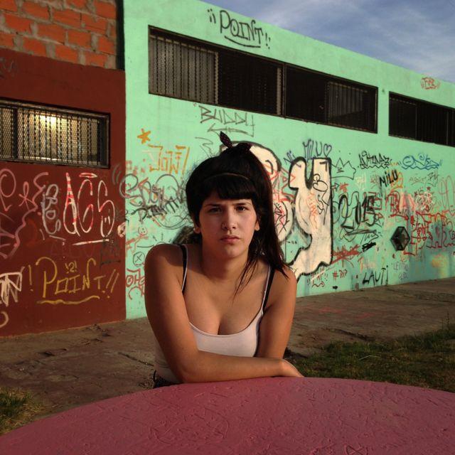 Joven de 15 años con tres meses de embarazo, en Fuerte Apache, en provincia de Buenos Aires, Argentina.