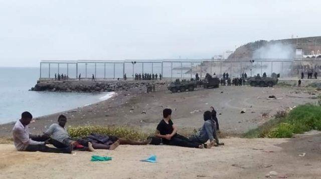 مهاجرون أفارقة على سواحل سبتة الإسبانية (رويترز)